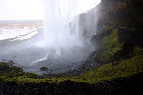 Un passage secret derrière une cascade en Islande