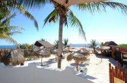 Sur la belle plage de Puerto Morelos en face de la barrière de Corail