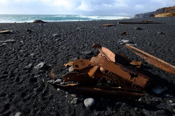 Des restes d'un bateau sur la plage de Djupalonssandur
