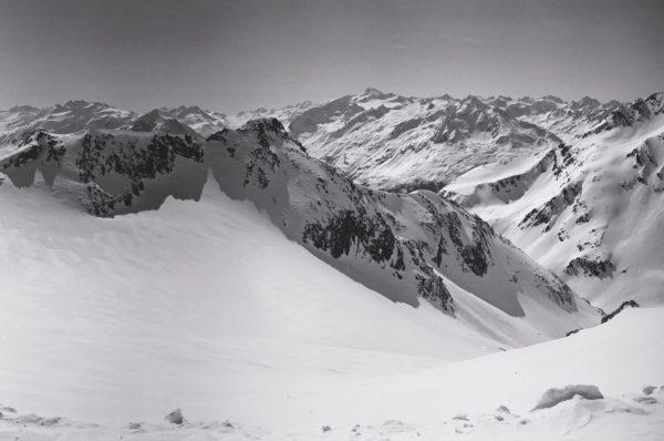 La neige et les montagnes dans le Tyrol autrichien