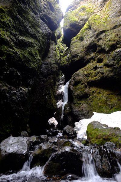 Une cascade au fond d'un petit canyon