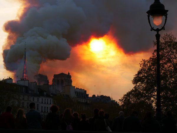 L'île de la Cité est sous la fumée