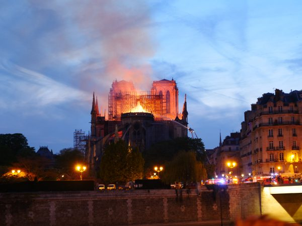 Un brasier à ciel ouvert, Notre Dame est en feu