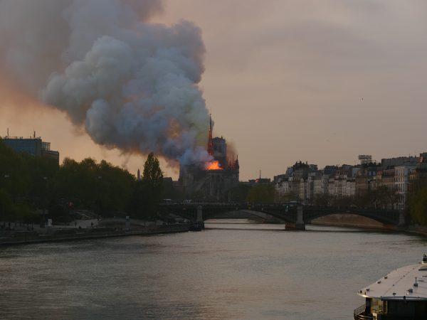 la seine et la cathédrale de Paris