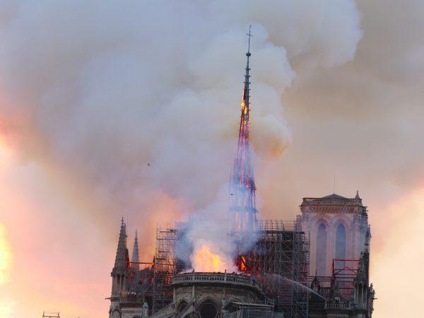 Notre Dame de Paris et sa toiture en feu