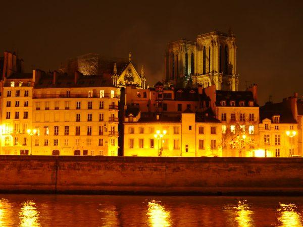 Fin d'incendie à Paris, l'édifice est conservé