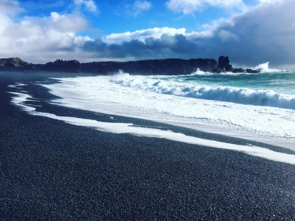 La grande plage de Djupalonssandur dans l'ouest de l'Islande