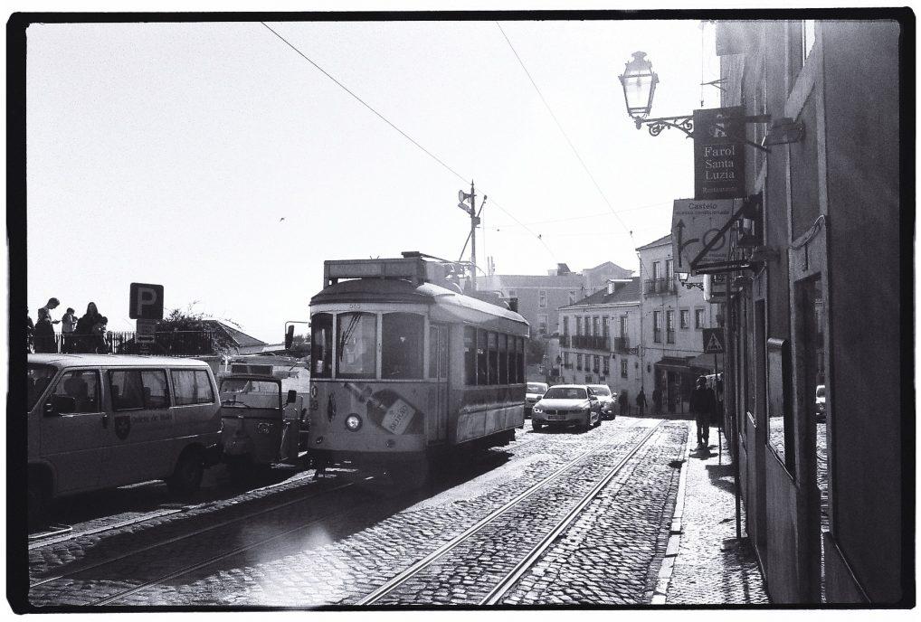 Un tramway à Lisbonne dans le quartier du port