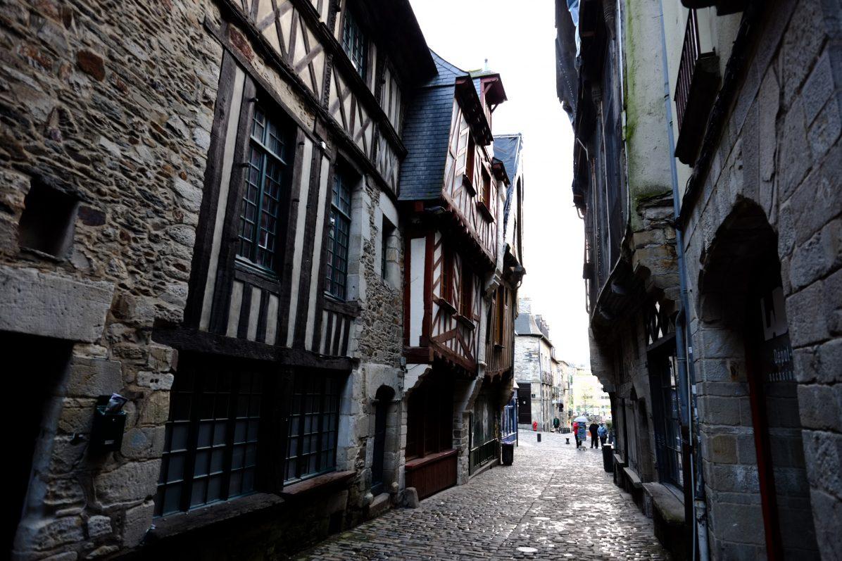 Une ruelle pavée qui respire l'histoire et le Moyen âge