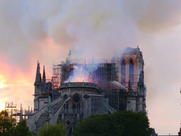 Paris sous la fumée de Notre Dame
