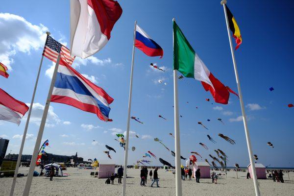 Quelques drapeaux lors des rencontres internationales des cerfs-volants