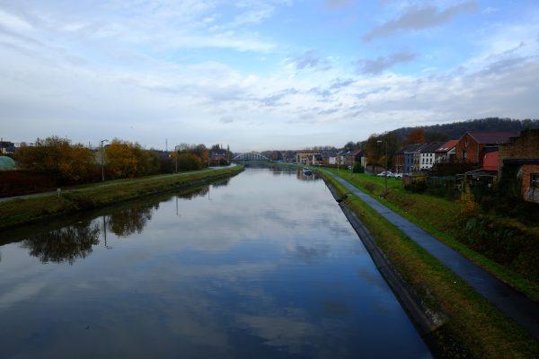 Un canal dans la banlieue de Charleroi
