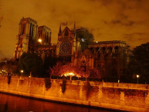 La cathédrale de Paris sans toit et sans flèche