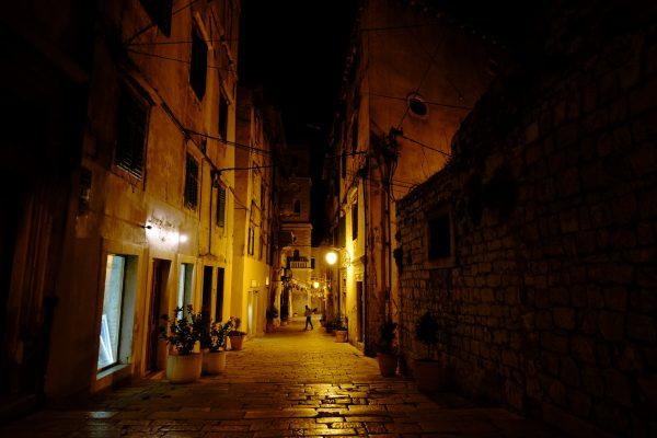 Sibenik, une ville croate la nuit