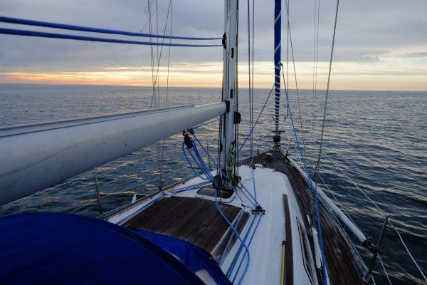 Sur un petit voilier le long des côtes bretonnes