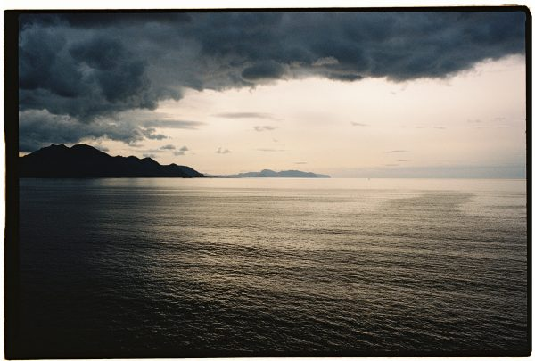 Un temps menaçant sur un fjord en Norvège