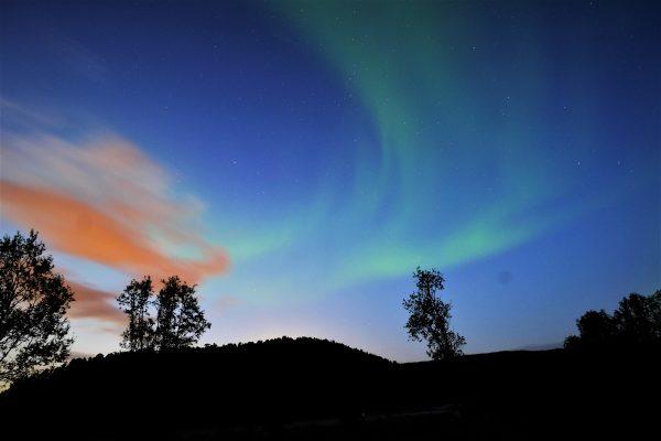 Un nuage et une aurore boréale