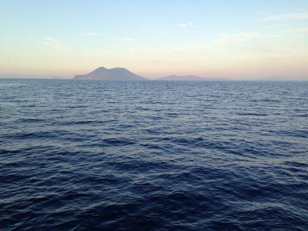 Les îles éoliennes au crépuscule