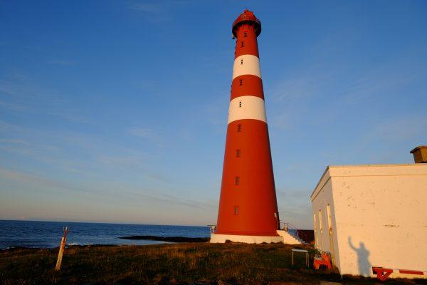 Un phare juste en face de l'océan Arctique