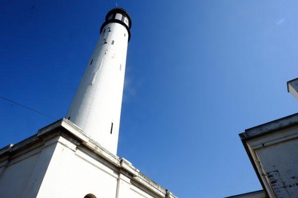 Le phare de la ville domine la Manche