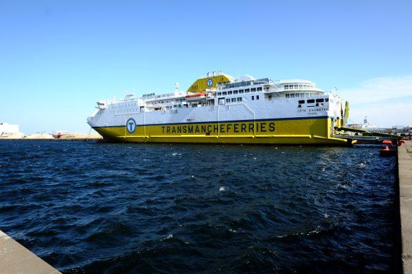 Un ferry à quai en attente