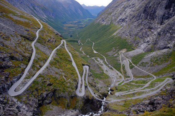Une route incroyable bâtie à flanc de falaise