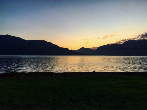 Un fjord au crépuscule