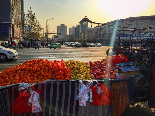 Un vendeur de fruits et légumes à Pékin