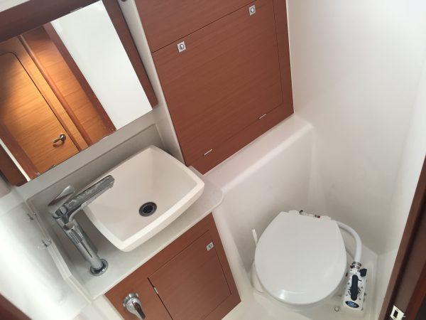 WC, lavabo et douche à bord d'un voilier