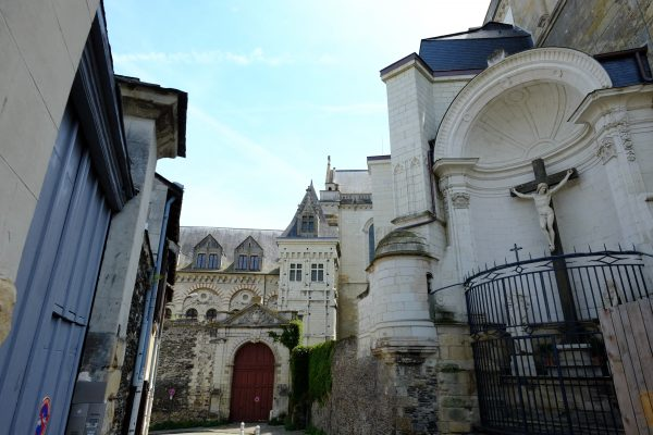 Au pied de la cathédrale Saint-Maurice