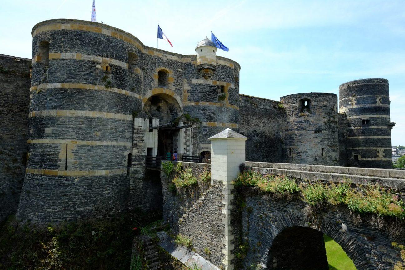 Vue sur la seule entrée du château
