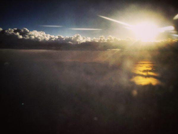 La mer méditerranée et un coucher de soleil vue du ciel