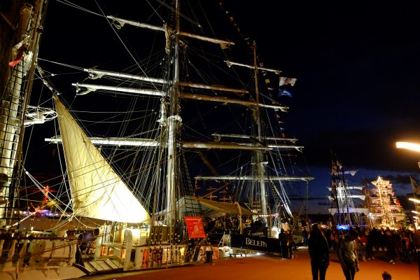 Le Belem dans la nuit noire de Rouen