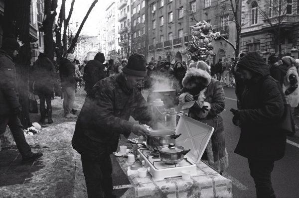 Un serbe vendant une boisson chaude
