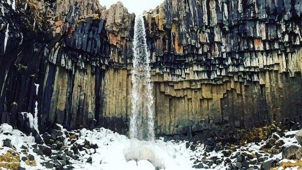 Les blocs de basaltes de la cascade de Svartifoss