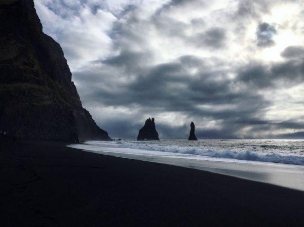 Les vagues viennent lécher la partie basse de la falaise