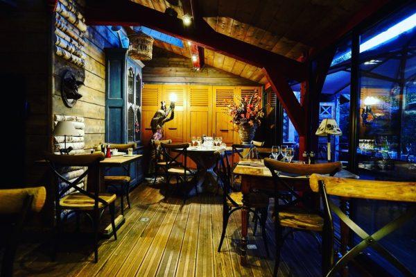 Un restaurant et un patron en couleur