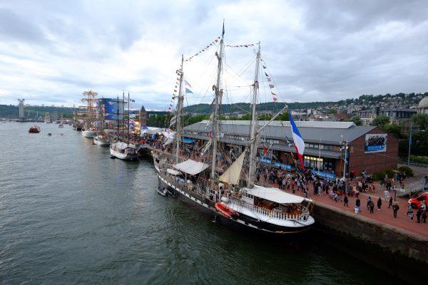 L'armada de Rouen sous les nuages