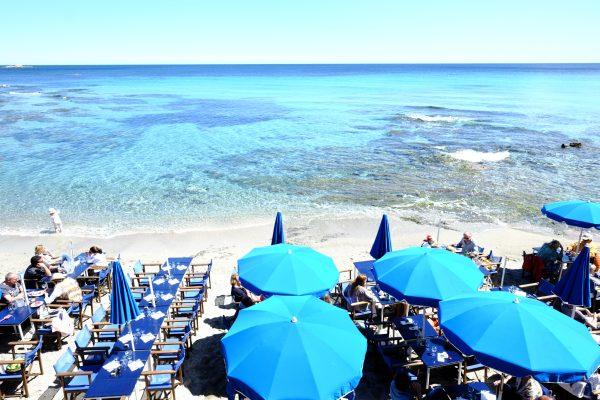 La jolie couleur de l'eau de la plage des salins