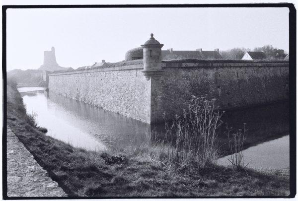 Les douves et les fortifications de la Tour Vauban