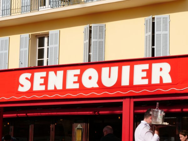 Une terrasse qui colore le port de Saint-Tropez