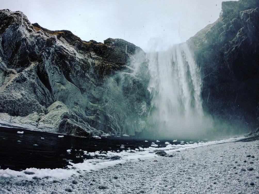 Skogafoss l'hiver dans la tempête