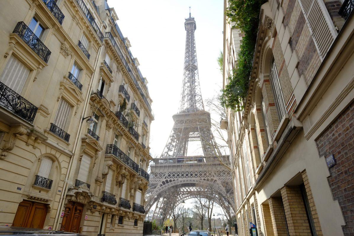 La Tour Eiffel entre deux immeubles