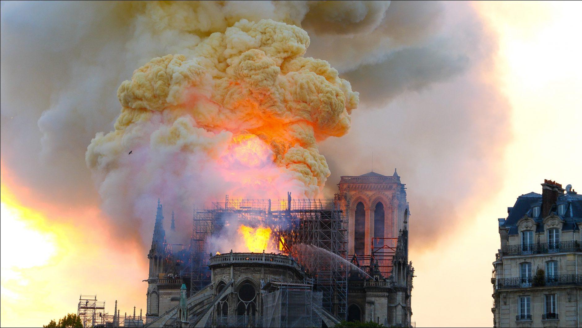 Une boule de feu dans les fumées chargées de plomb, lors de l'incendie de Notre Dame