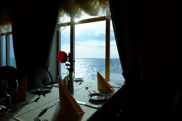 Vue sur la mer du nord depuis les larges fenêtres