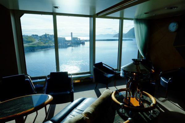 Vue depuis un ferry sur un petit port norvégien