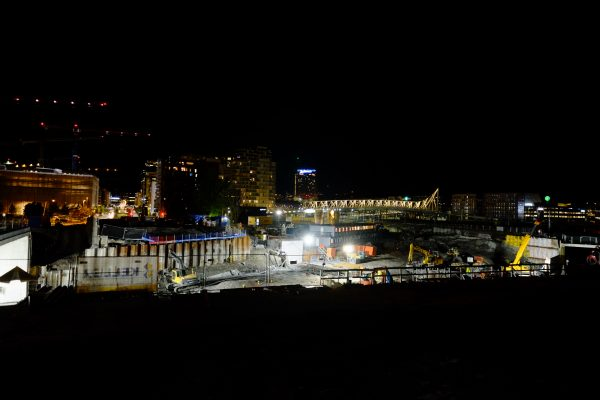 Une photo d'Oslo pendant la nuit