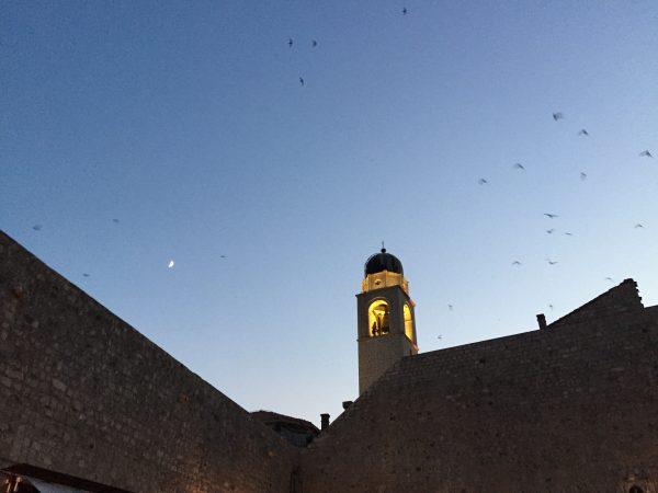 La belle ville de Dubrovnik à la tombée de la nuit