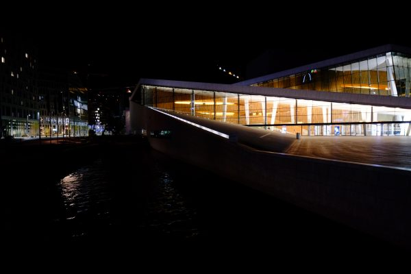 L'opéra nouveau pendant la nuit