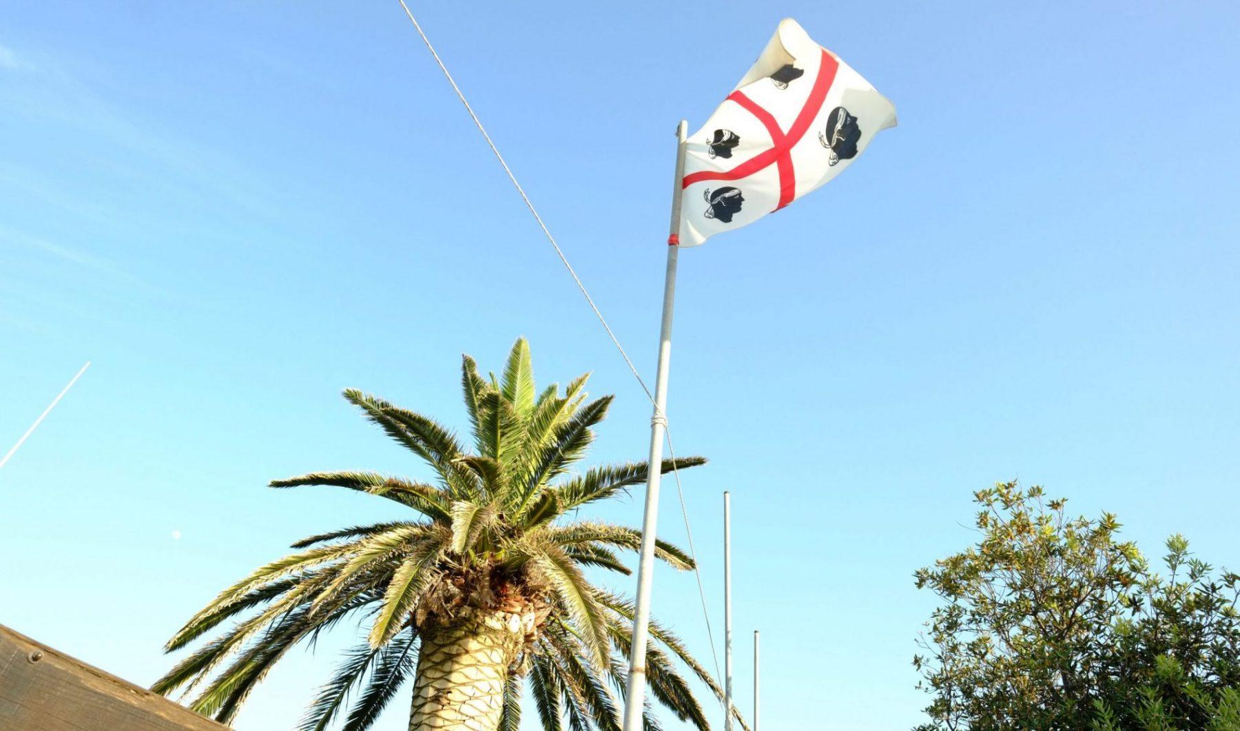 Le drapeau de la Sardaigne flottant sur Canigionne